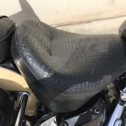 Réalisation selle moto en simili aspect reptile